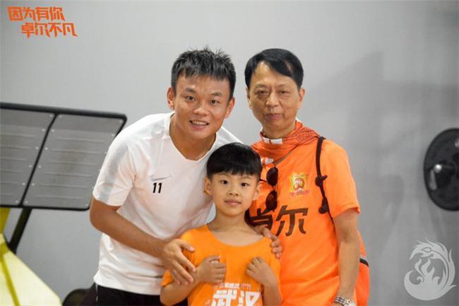 6岁小铁杆造访卓尔与球员合影 李铁亲自面授技巧