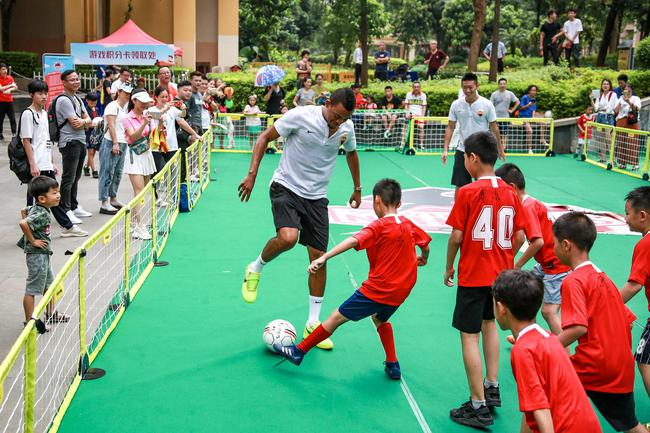 深圳佳兆业队走进社区投身足球嘉年华与萌娃互动