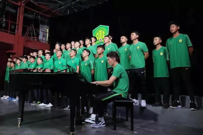 国安齐唱《我爱你中国》为国庆献礼 侯永永奏钢琴