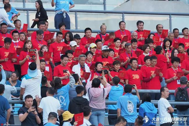70名大连国脚齐声高唱《歌唱祖国》 为新中国庆生