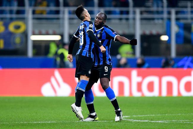 卢卡库与劳塔罗祝贺进球