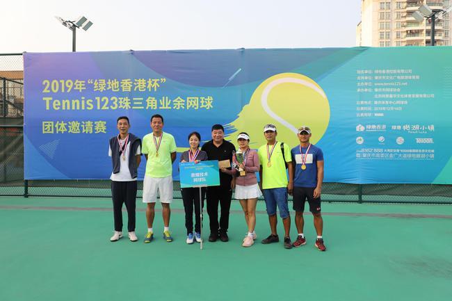 奥运冠军王义夫给获奖队伍颁奖并合影