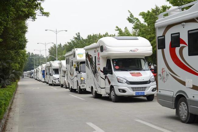 重机车引领的房车车队在时兴的开平巡游