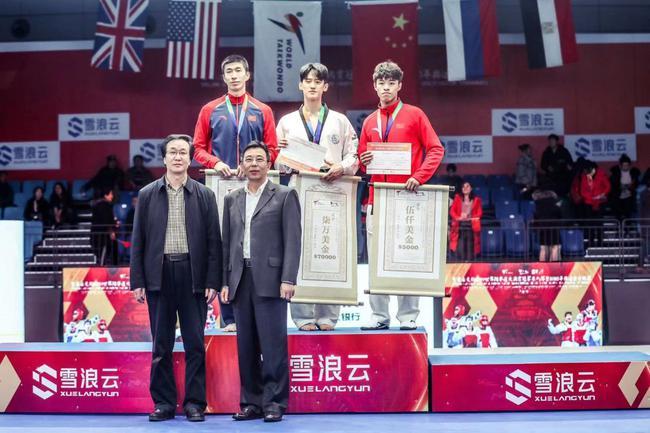 赵帅(左)在领奖台上