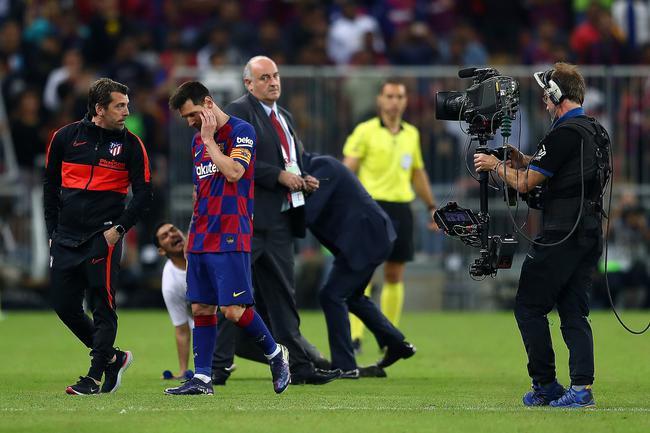 梅西被球迷抱住