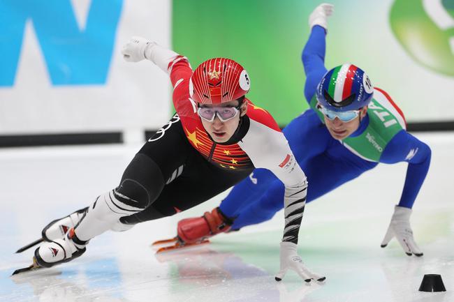 中国队选手武大靖(左)在外子500米初赛中
