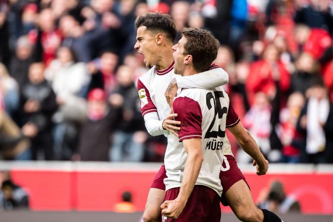 穆勒与库蒂尼奥庆祝进球