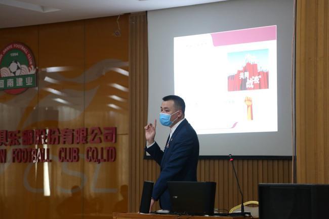 河南建业向白衣战士学习  致敬抗击疫情的中国力量