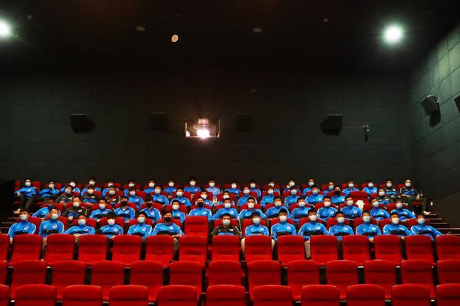 大连人全队集体观看《夺冠》 拼搏精神与足球相同