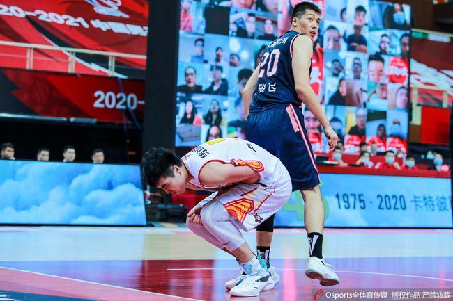 广东对阵深圳的比赛中,任骏飞在与卢艺文争抢篮板时夹对手手臂