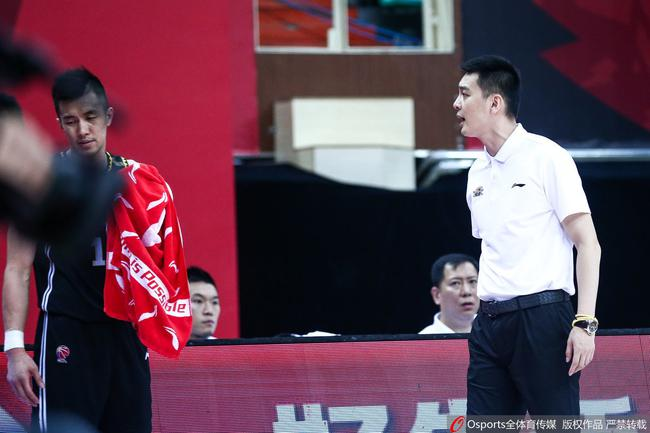 郭艾伦向裁判抱怨吃T!没想到杨鸣也不向着他