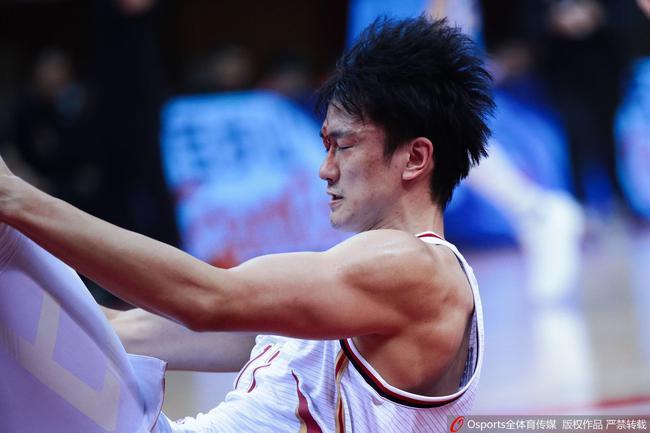赖俊豪抢篮板遭王骁辉肘击 当场飙血