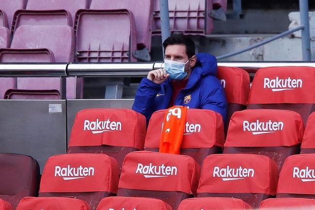 梅西赛季初度候补轮换 队友进球他在看台拍