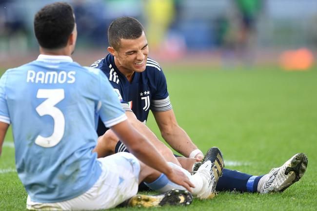 C罗太拼了!玩命防守被踢伤脚踝 能进球还愿防守