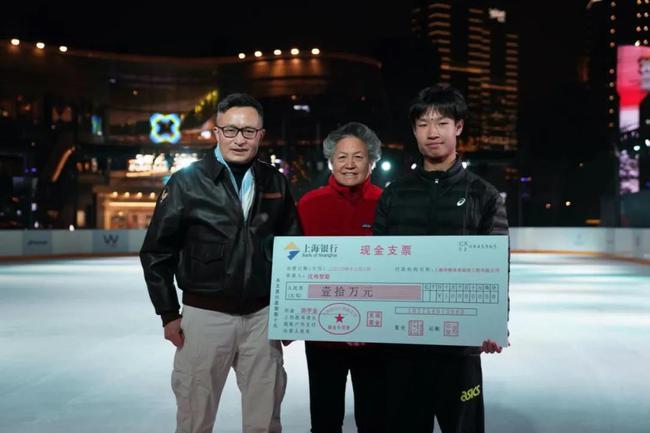 上海华维体育场馆工程有限公司董事长刘运智(中)女士、上海华维网球俱乐部主席樊建军先生向小沈颁发助学金