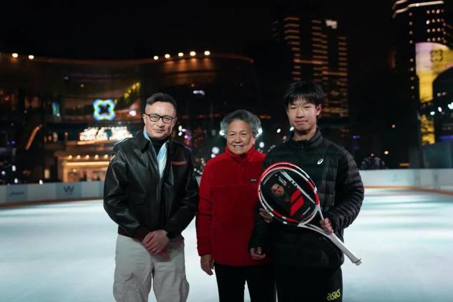 刘运智女士、樊建军先生向小沈赠送网球装备