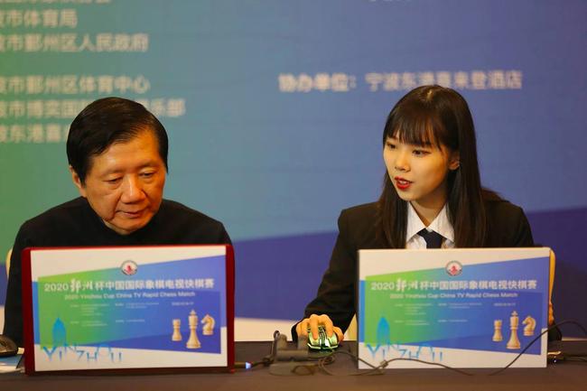 国家男队主教练徐俊和女子国际象棋大师裘孟洁在讲棋