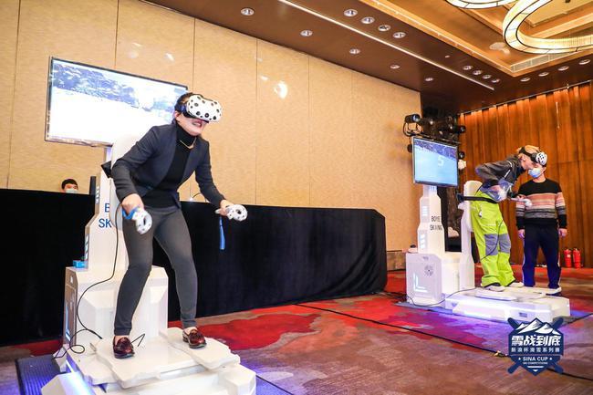 短道速滑世界冠军孙琳琳(左)与滑雪前卫星推官@YUUUUUUGHAN(右)在VR滑雪模拟机上进走联机对战