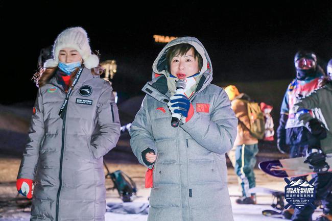中国首位滑雪世界冠军郭丹丹(中)与艺术体操世界冠军朱丹(左)在比赛现场点评选手外现