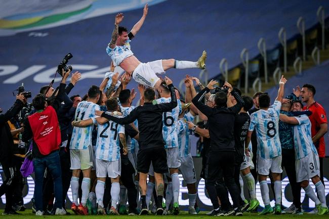 【博狗扑克】众王之王!梅西被阿根廷队友抛向空中|gif