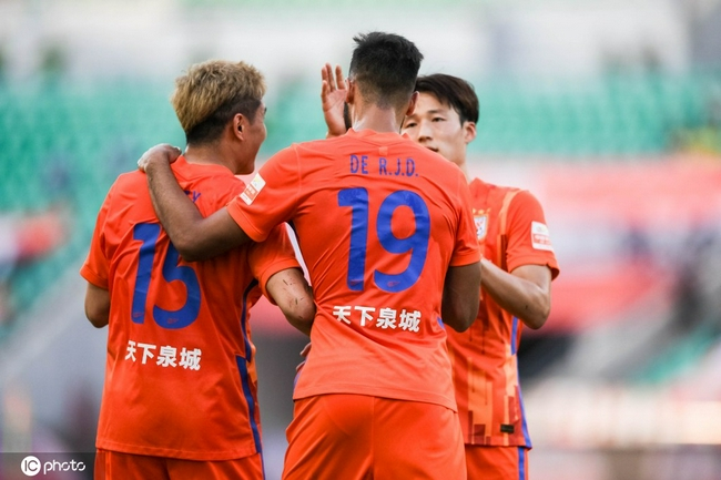 1-0!重庆队徐武不慎自摆乌龙 泰山队取得领先
