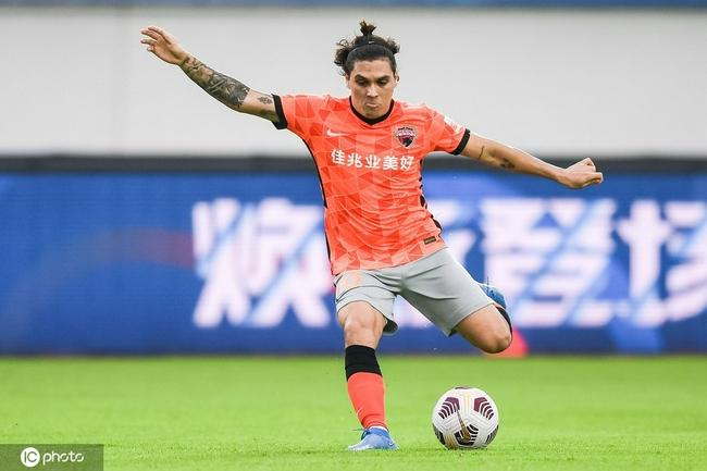 记者:当房产潮水褪去 发现中国足球人都在裸泳