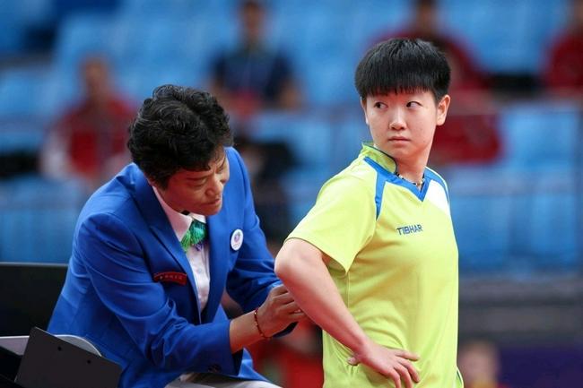 孙颖莎请裁判帮整理号码布 网友:绝对尊重乒乓球