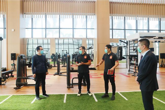 许家印视察室内训练场及健身房
