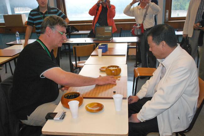 围棋协会主席之战,法国围棋协会主席弗莱德对阵上海围棋协会主席周星增。印象里那盘棋,周总最后为国争光了。