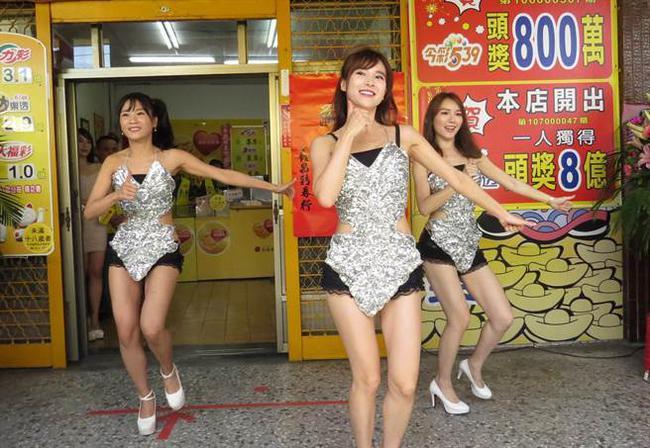 美男现场跳舞
