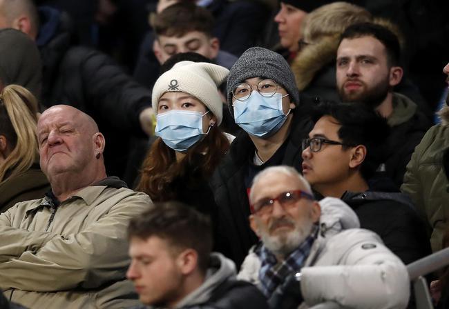 有球迷戴上口罩