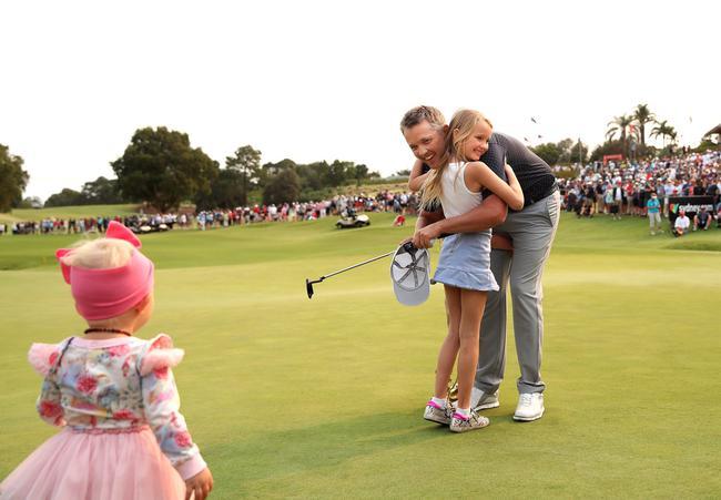琼斯获胜后与孩子拥抱