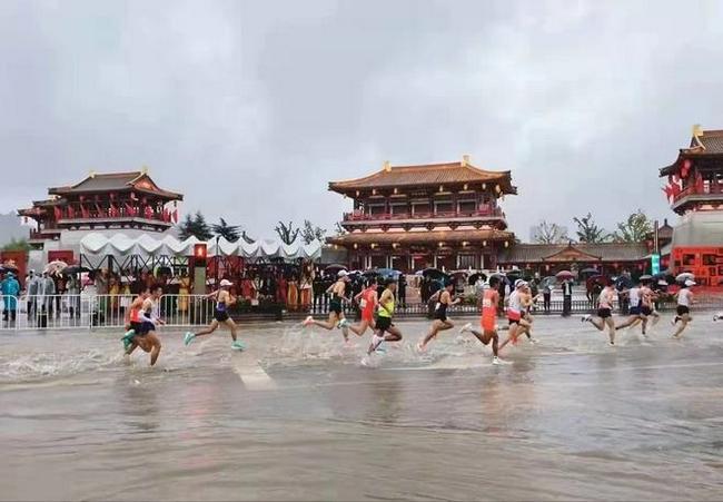全运马拉松遭遇暴雨 积水没过脚踝变铁人三项比赛