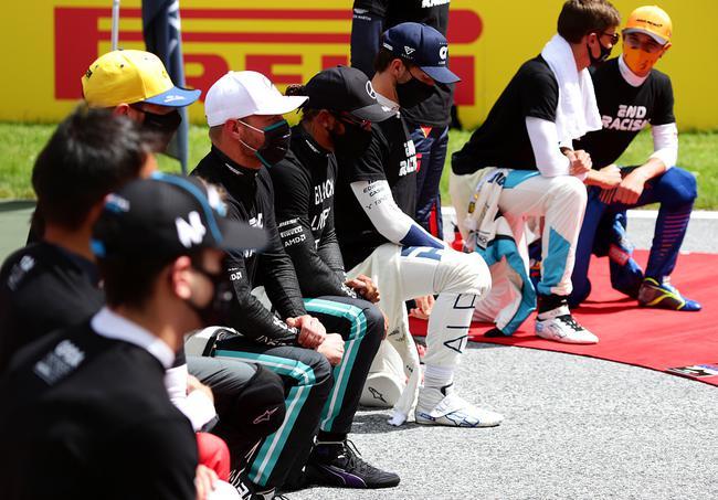 """F1车手再次整体屈膝外达对""""暗人的命也是命""""活动的声援"""