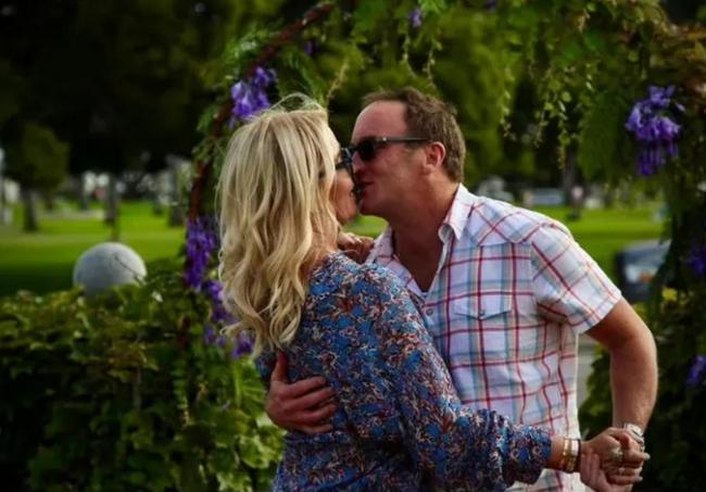 新恋情!珍妮巴斯与小9岁的男友甜蜜拥吻