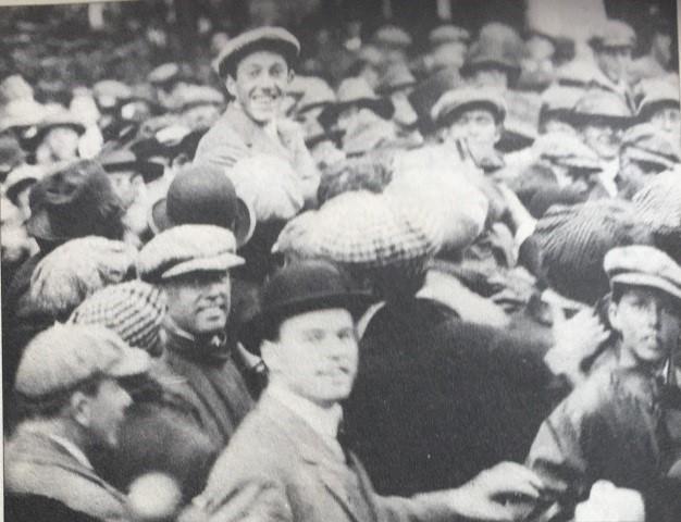 威梅特获胜后被观众抬起庆祝