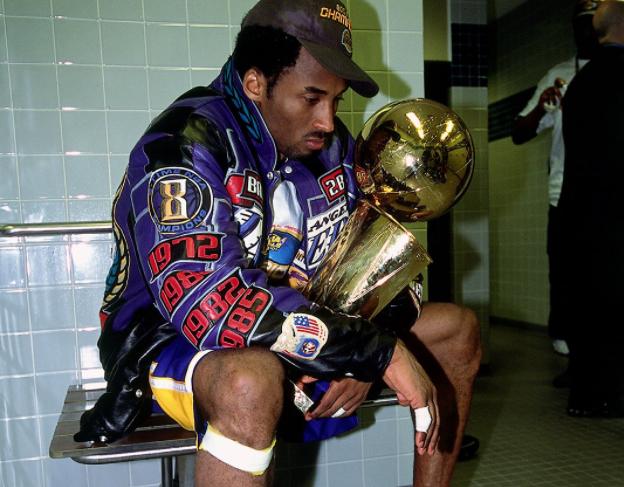 20年前今天科比再度捧杯 湖人王朝到来AI失意