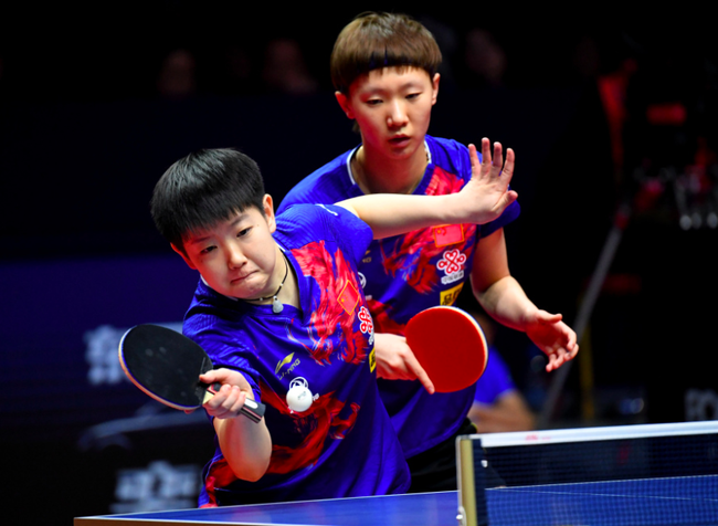 孙颖莎(左)/王曼昱在比赛中