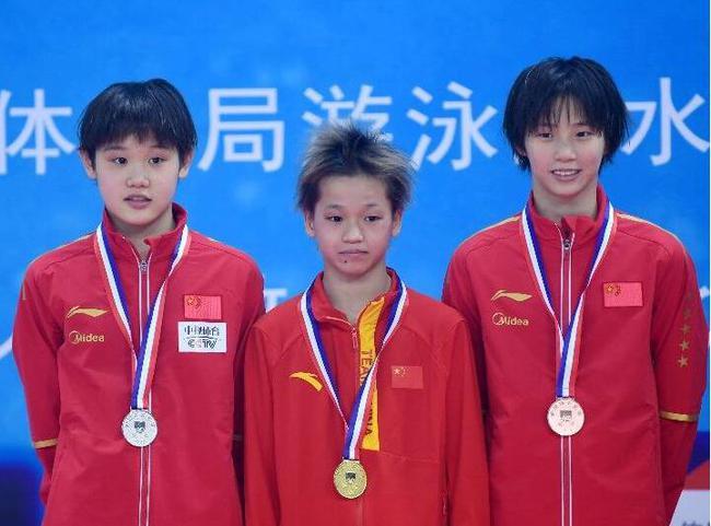 世界冠军们在她面前连战连败 14岁女孩统治十米台