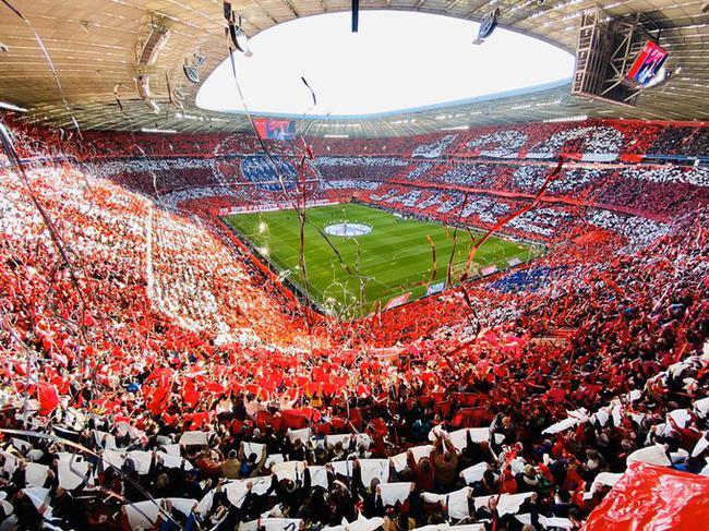 安联球场盛装庆祝拜仁120岁生日