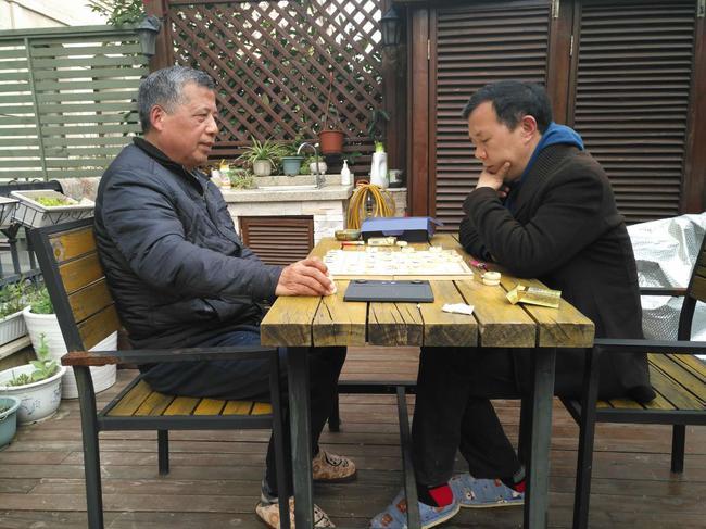 张祖荣(左)在一次象棋比赛中