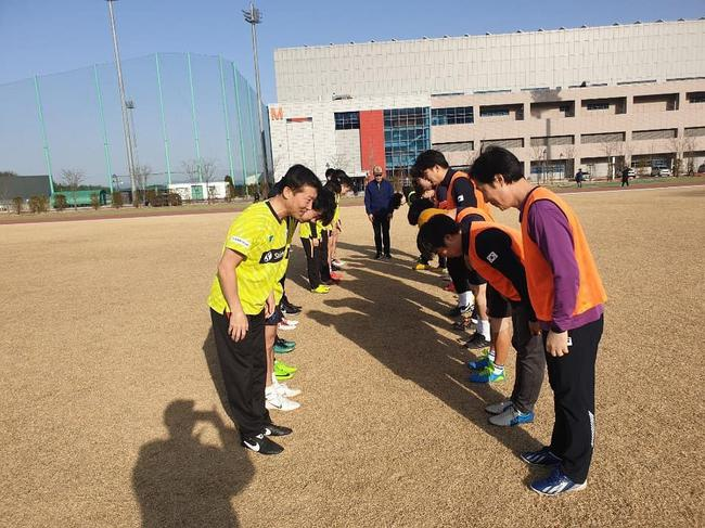 此前基地盛开时,金泽洙带领队员踢足球