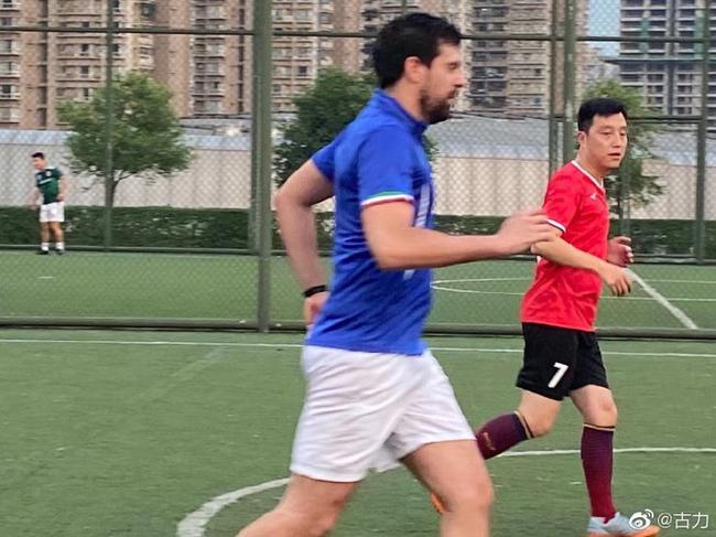 古力与意大利朋友踢球