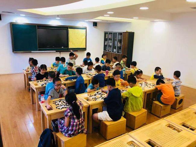 在上围棋课的小朋友(图源网络)