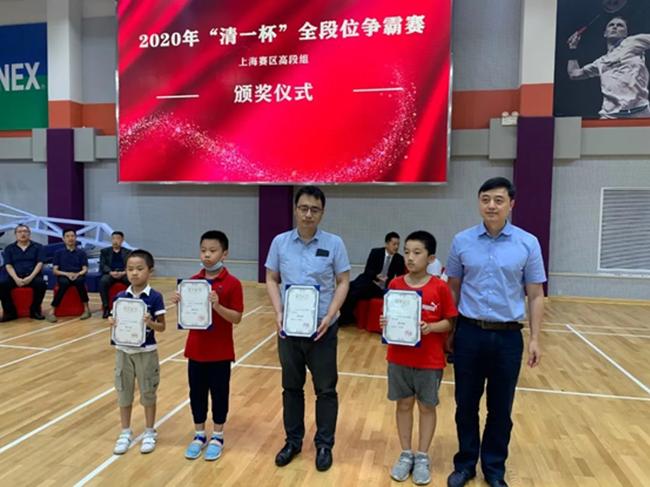 上海棋院刘世振副院长为5段组第4-8名授奖