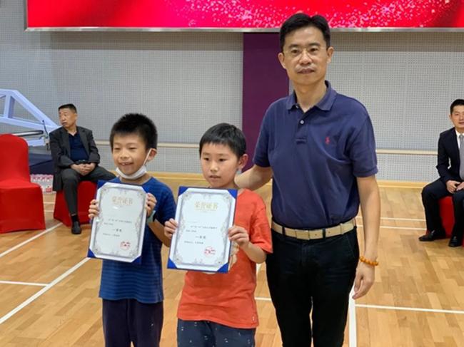 上海市静安区体育局俞彪局长为3段组一等奖幼棋手授奖
