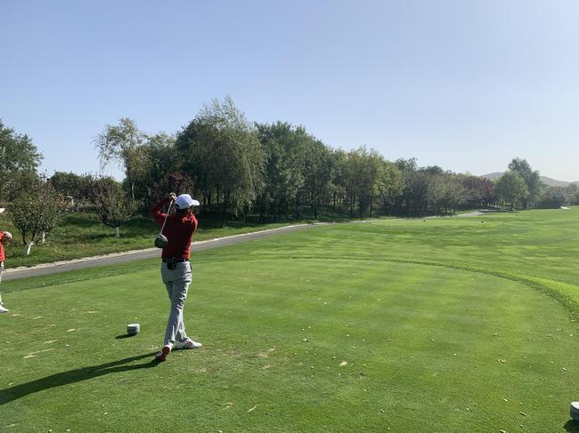选手在高尔夫比赛中