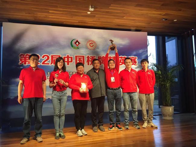 王大德《中》为冠军奥瑞金颁奖并合影