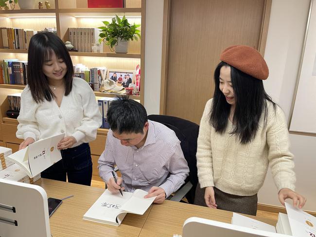 马晓春为新书签名