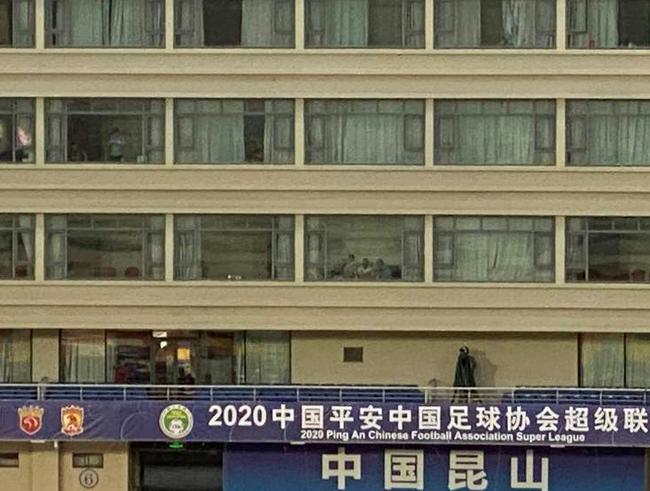 空场中超仍有球迷助威惹争议 租酒店看球合规吗